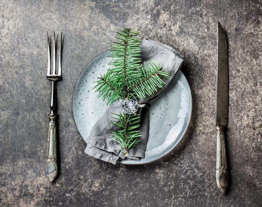 Juletallerken med pynt og kniv og gaffel