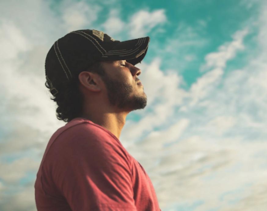 Mann mediterer ute i solen